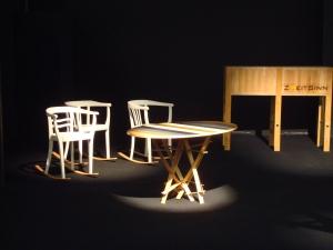 """Der Tisch """"Mikado"""" (Designer: Fabian Achterberg) und die Stühle """"Schaukelemma"""" (Designer Thomas Herzog)"""
